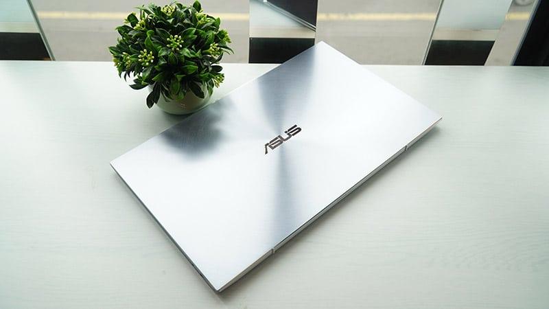 ZenBook UX392 sở hữu thiết kế đầy sang trọng và đẹp mắt.