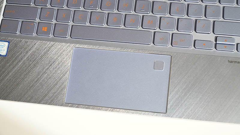 Ngoài ra trên bàn di chuột còn được tích hợp cảm biến vân tay giúp nâng cao bảo mật và bảo vệ thông tin của bạn.