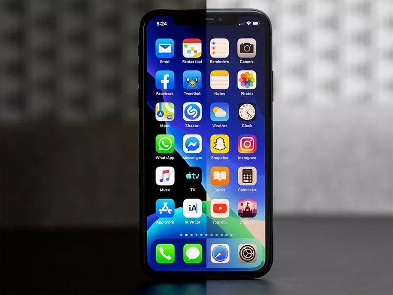 Hệ điều hành iOS 12 (bên trái) và hệ điều hành iOS 13 (bên phải).