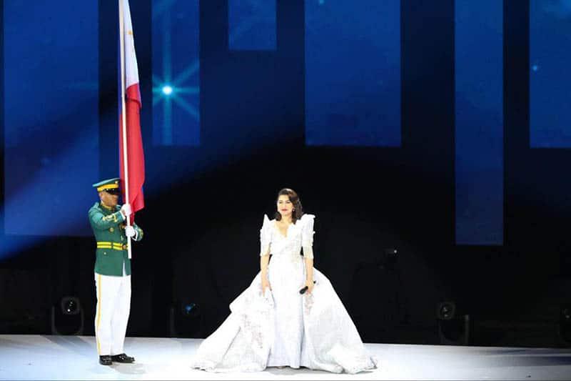 Ca sĩ Lani Misalucha thực hiện quốc ca Philippines