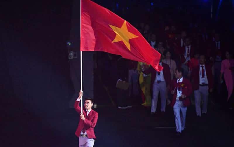 Kiếm thủ Vũ Thành An cầm cờ cho đoàn thể thao Việt Nam