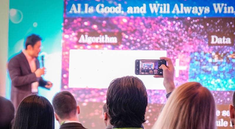 """Theo các chuyên gia, nhân loại sẽ phải chọn lựa tương lai của mình khi cuộc cách mạng công nghệ đang tiến đến như vũ bão. Con người sẽ phải chuẩn bị từ bây giờ. """"Trong vòng 13 năm, xe hơi quét sạch ngựa thồ khỏi đường phố New York, tốc độ của cách mạng công nghệ luôn rất nhanh và không ai có thể đứng ngoài con đường đó"""", TS. Oualid Ali, Chủ tịch và nhà sáng lập Future Cities Council nói trong diễn văn mở màn sự kiện Youth Global Forum tại Amsterdam, Hà Lan. Cuộc cách mạng công nghiệp vô tiền khoáng hậu Hàng trăm người tham dự từ hơn 42 quốc gia có mặt tại Hà Lan để bàn luận cùng các chuyên gia xoay quanh chủ đề """"Tương lai thế giới: giữa ngã ba đường của Công nghiệp 5.0 và phát triển bền vững"""". Theo các chuyên gia, chúng ta đang tiến nhanh đến một tương lai nơi máy móc và công nghệ sẽ bắt đầu thay thế con người hoàn toàn trong công việc. Ở đó, con người sẽ phải chọn giữa 2 thế giới, """"thiên đường"""" hoặc """"nhà tù"""" do chính các phát kiến của chúng ta tạo ra. """"5.0 là cuộc cách mạng công nghệ chưa từng có trong lịch sử"""", TS. Ali nhấn mạnh, """"lần đầu tiên trong lịch sử, máy móc có khả năng thay thế trí não của chúng ta, thậm chí giúp chúng ta đưa ra quyết định"""". Nhan loai truoc nga ba duong cua cach mang cong nghiep 5.0 hinh anh 1 78919440_2618991894814404_4226711967789744128_o.jpg Sự trỗi dậy của A.I khiến nhiều chuyên gia lo lắng, dù tương lai của loài người vẫn còn bất định"""