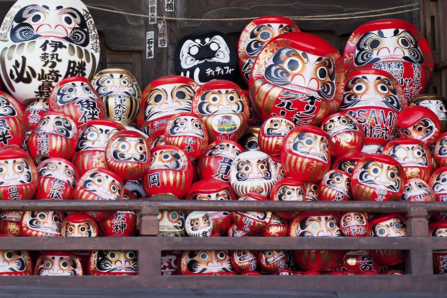 Vẽ mắt cho búp bê Daruma - Truyền thống năm mới siêu thú vị của Nhật Bản
