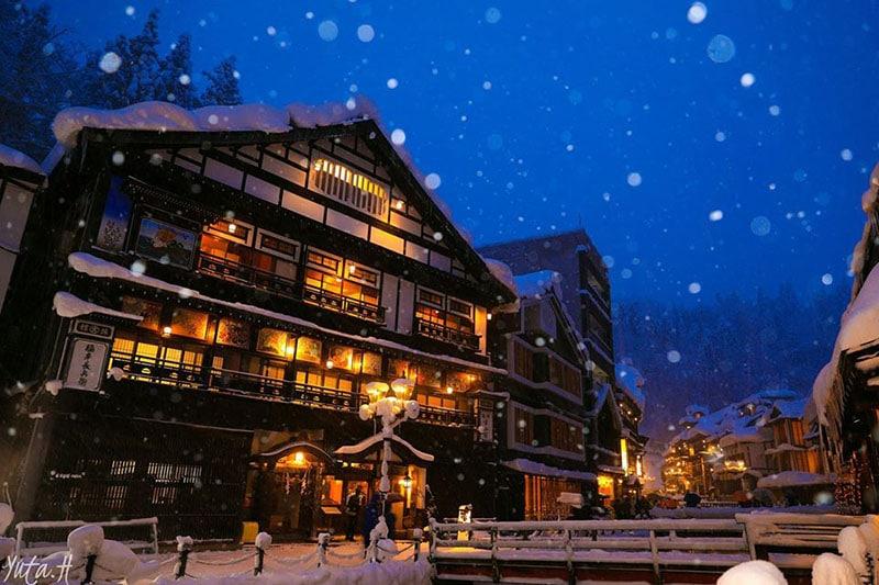 Khám phá ngôi làng cổ 400 năm tuổi Ginzan Osen ở Yamagata