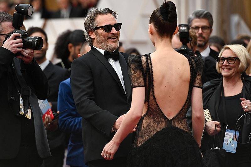 Joaquin Phoenix cùng bạn gái tới lễ trao giải Oscar năm nay.