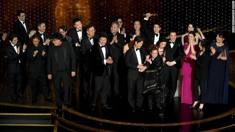 """Ê kíp phim """"Ký sinh trùng"""" nhận giải Phim hay nhất tại Oscar năm nay."""